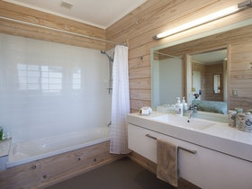 Matakana Bathroom - Kaimai Country Lodge